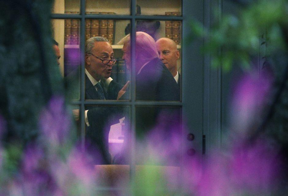 """El acuerdo de Trump """"en lo oscurito"""" con demócratas que beneficiará a su gobierno"""