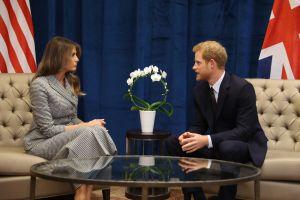 La extraña señal que el príncipe Enrique hizo ante Melania Trump