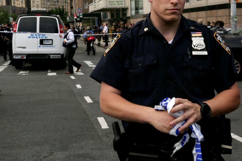 Arrestan a policía hispano por acosar a su ex novia en Nueva York