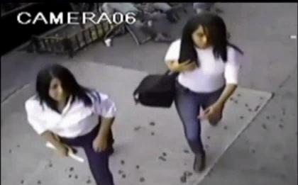 Mujeres se disfrazan de policías y roban $10,000 protegidos por dos pitones