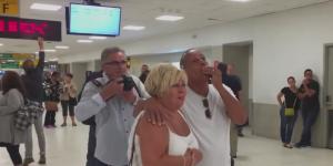Lágrimas y emoción en JFK tras llegada de primer avión de Puerto Rico