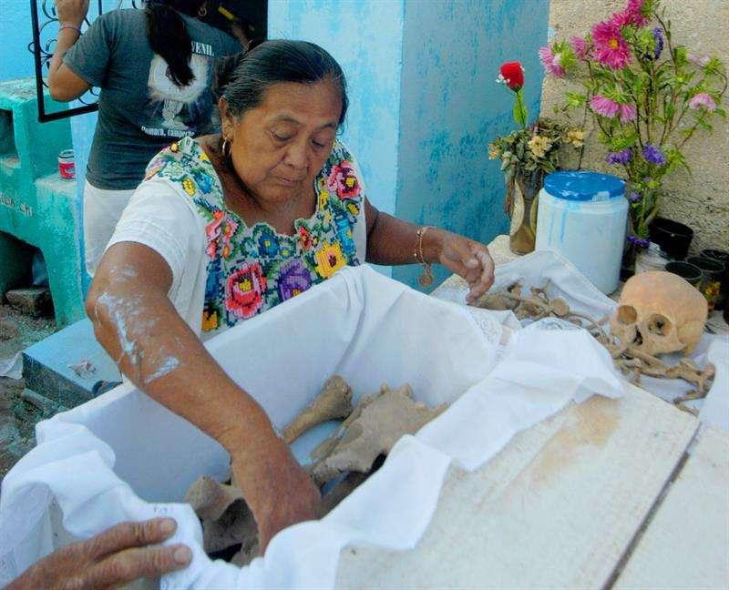 Limpian huesos de sus muertos, una gesto de amor y una tradición en comunidad mexicana