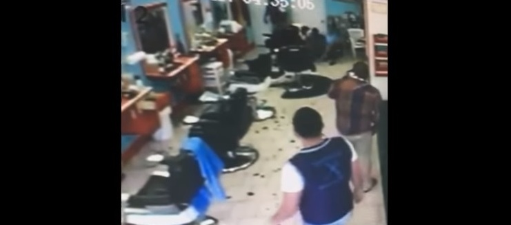 VIDEO: Dominicano frustra atraco en barbería de NY