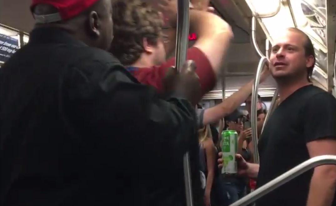 Bañan en sopa a borracho que gritaba insultos raciales en el tren L
