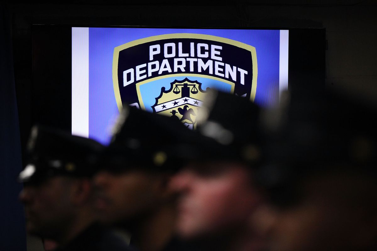 Policía latino arrestado por golpear a su ex esposa en Nueva York