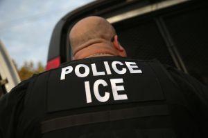 Indocumentado negocia con agentes de ICE y evita que se lleven a su familia también sin papeles