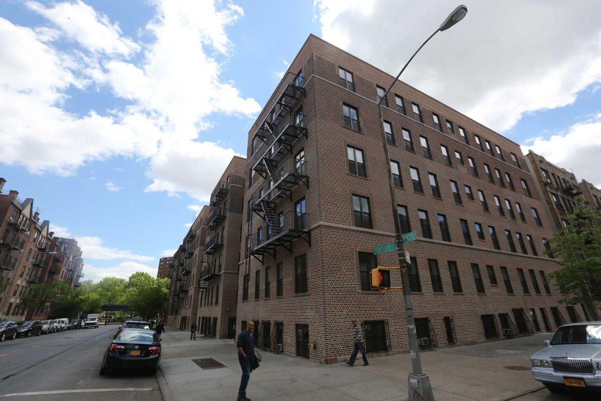 Los desarrolladores y caseros están haciendo que la vivienda a bajo costo en Nueva York desaparezca. /Mariela Lombard
