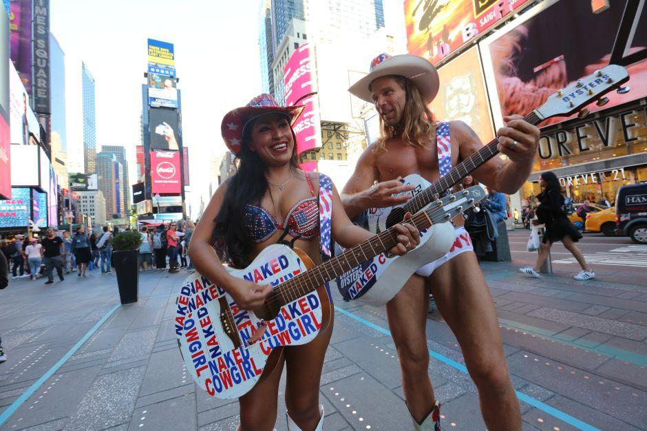 "Esposa indocumentada del ""naked cowboy"" se legaliza en la era Trump"