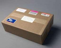 Recibe un paquete extraño con un libro y una carta