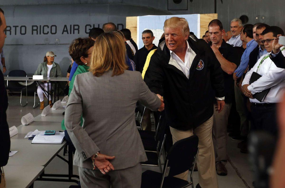 Trump saludando a la alcaldesa Carmen Yulín Cruz, al visitar la isla en octubre 2017.