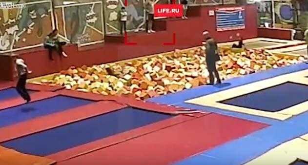 VIDEO: Político intenta maroma en el aire y termina muerto