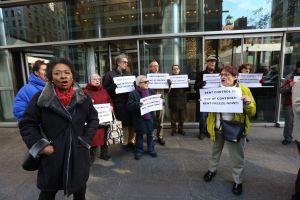 Ancianos se hacen arrestar en defensa de la vivienda asequible