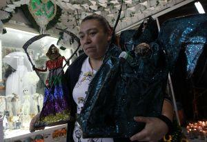 VIDEO: Mexicanos celebran con devoción a la Santa Muerte