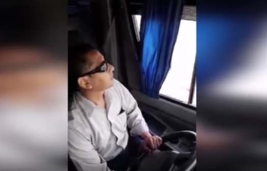 VIDEO: Mujer encuentra en bus al hombre que mató a su hijo y lo enfrenta