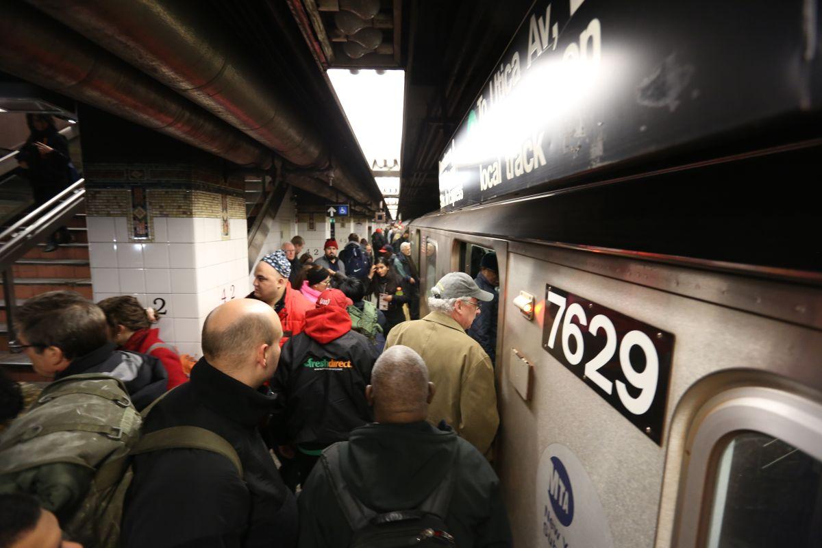 Vídeo: Mujer se apretuja para entrar al Subway y lo logra