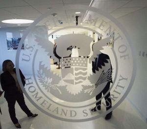 Condenan a prisión a agente de Inmigración por ayudar a narco