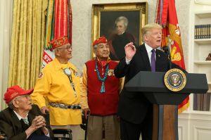 "Trump causa polémica al mencionar a ""Pocahontas"" al honrar a nativos americanos"