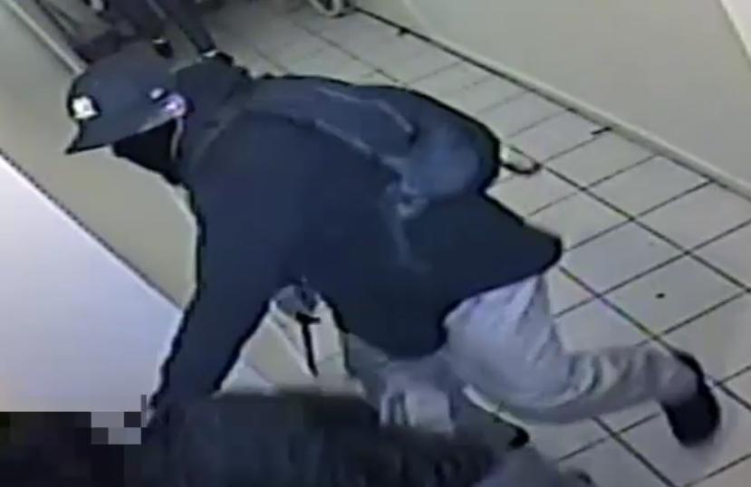 Video: Con una escoba enfrenta a ladrón con cuchillo en El Bronx