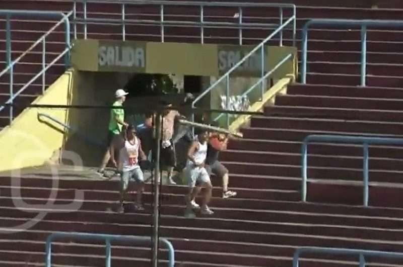 Hinchas violentos en Argentina emboscaron en las tribunas a familiares del equipo rival