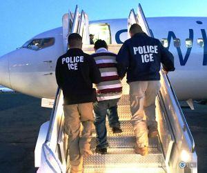 Avión que llevaba a 92 indocumentados deportados tuvo que regresar a EEUU