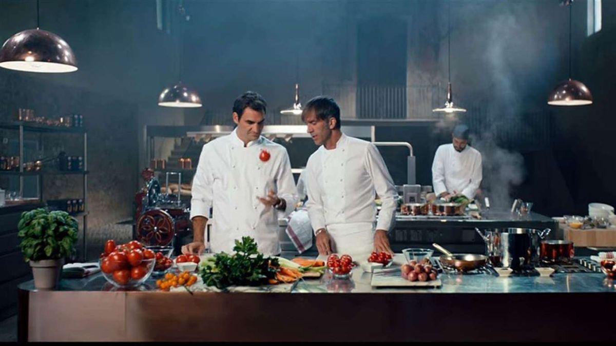 VIDEO: Roger Federer se convierte en un maestro de la cocina