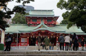 Pelea con espadas samuráis en santuario de Tokio deja tres muertos