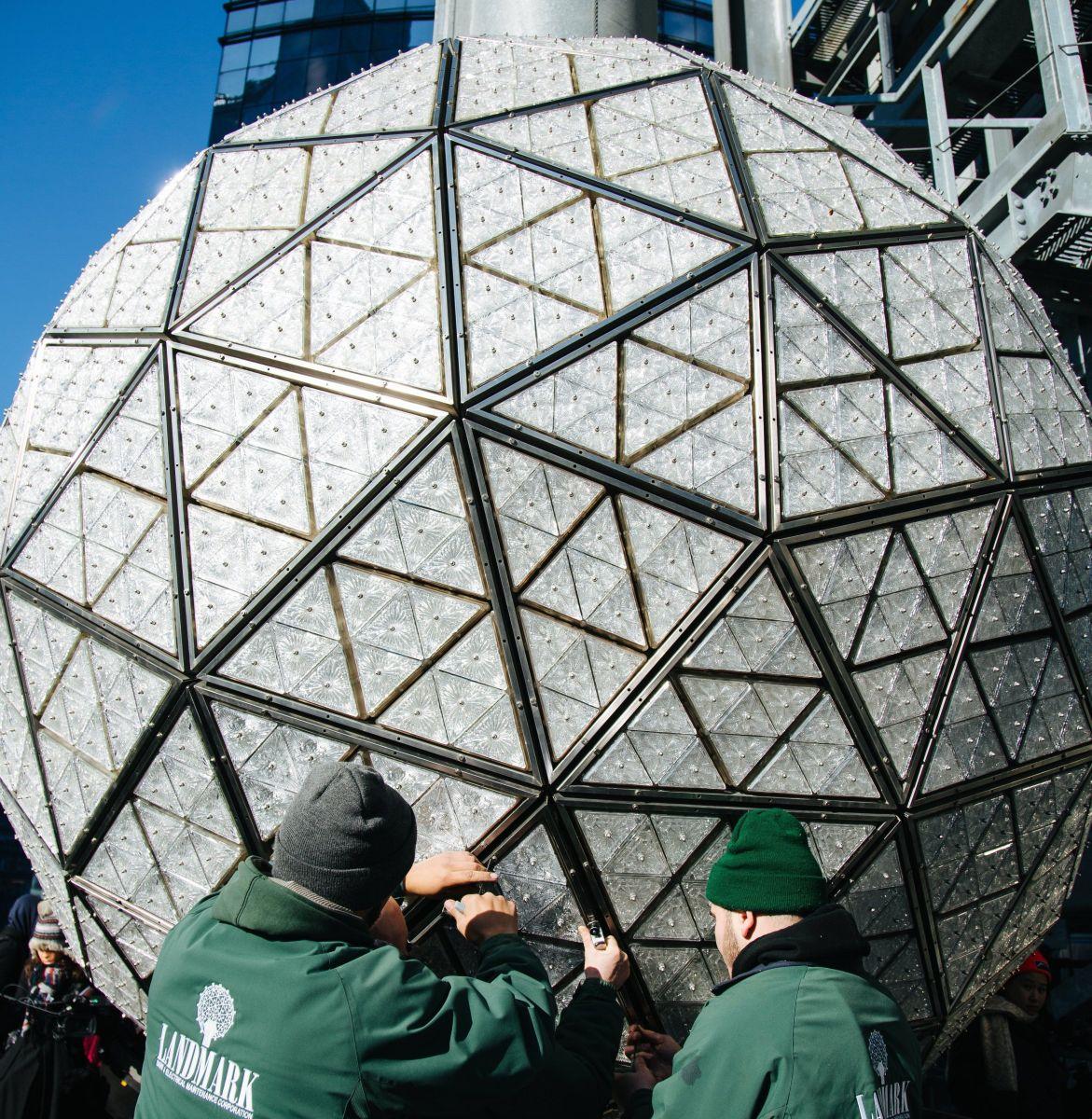 Instalan bola de cristal en Times Square para Año Nuevo