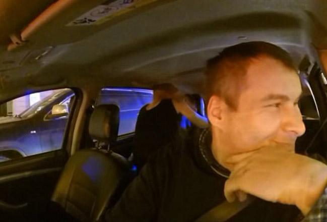VIDEO: Saca a pareja de su taxi porque tenían sexo en asiento trasero