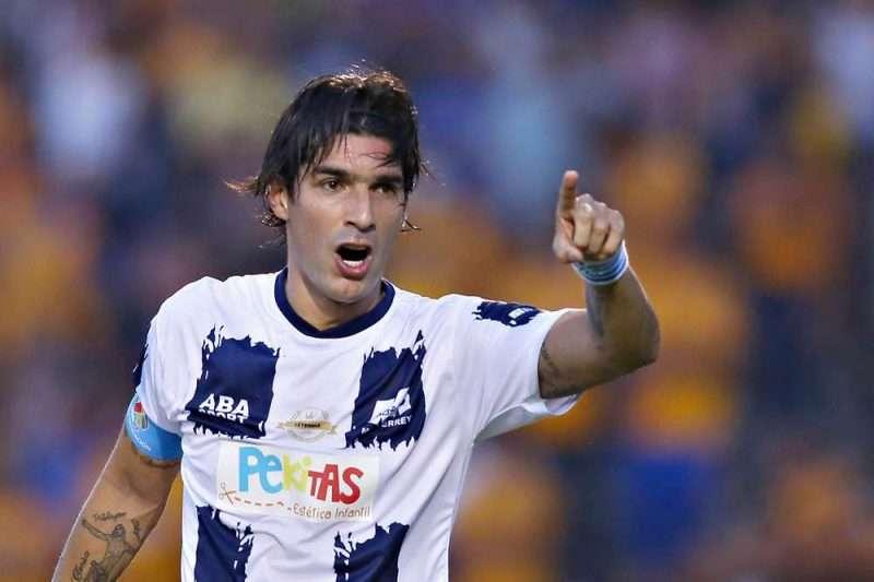 Imagen de Sebastián Abreu durante un juego de leyendas en México. Hoy es leyenda con 26 clubes en su haber.