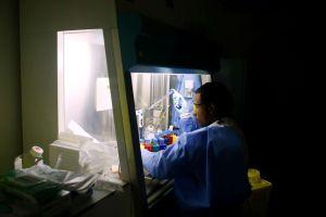 Cómo una mamá se hizo pasar por científica para salvar a sus hijos de una enfermedad mortal