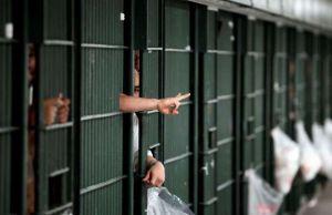 Acusan a 15 reclusos por atacar a capitán en Rikers Island