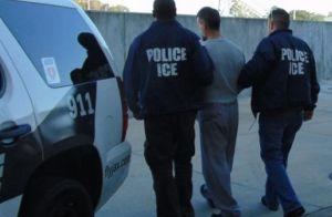 Gobernador desafía a Trump y perdona a dos inmigrantes para evitar su deportación