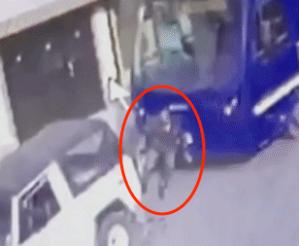 Video: hombre intenta frenar un autobús con su cuerpo, mira lo que pasa