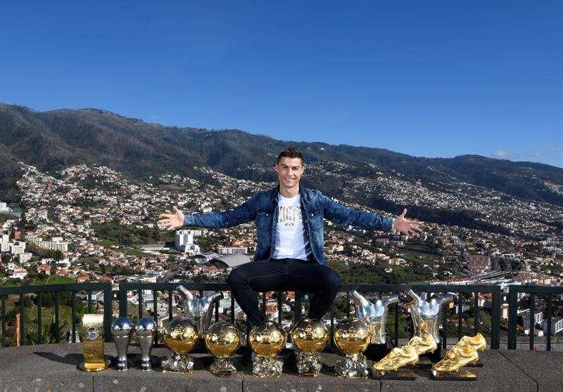 Cristiano Ronaldo recibió al 2018 posando con sus trofeos personales