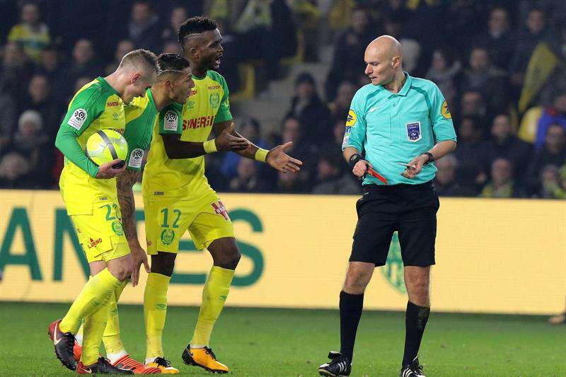 Ya fue suspendido el árbitro que dio una patada a un jugador en el fútbol francés