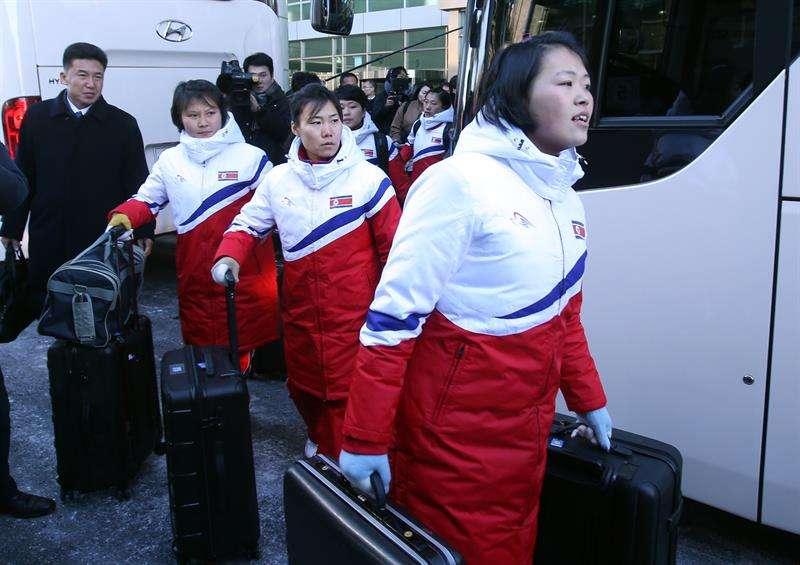 La llegada de las atletas norcoreanas a Corea del Sur para los Olímpicos