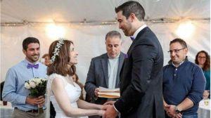 Grave enfermedad hizo que una pareja se comprometiera y se casara el mismo día