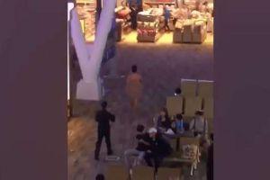 Video: Neoyorkino camina desnudo en aeropuerto de Tailandia y le echa la culpa al Viagra