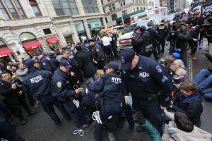 Arrestan a 18 activista y políticos durante demostración en el Federal Plaza