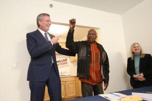 Plan de vivienda del Alcalde avanza en medio de la controversia