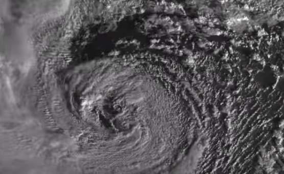 """La anomalía en el centro del """"ciclón bomba"""" visto en imágenes"""