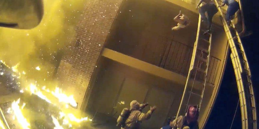Video: Bombero captura niña que le lanzan desde edificio en llamas