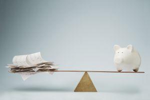 """¿Pagar deuda o ahorrar para """"por si acaso""""?"""