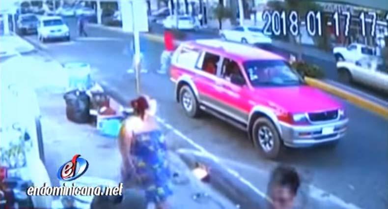 VIDEO: Cámara capta a mujer lanzando feto en contenedor de basura