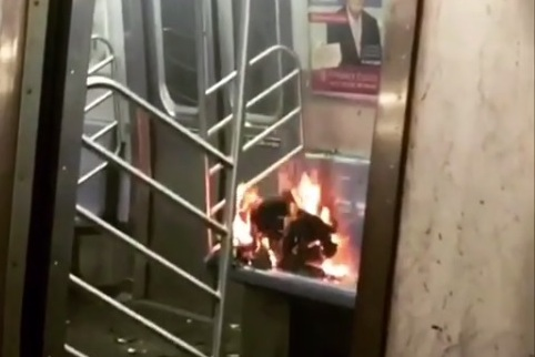 Video: Misterioso fuego en asiento paraliza tren F en Manhattan