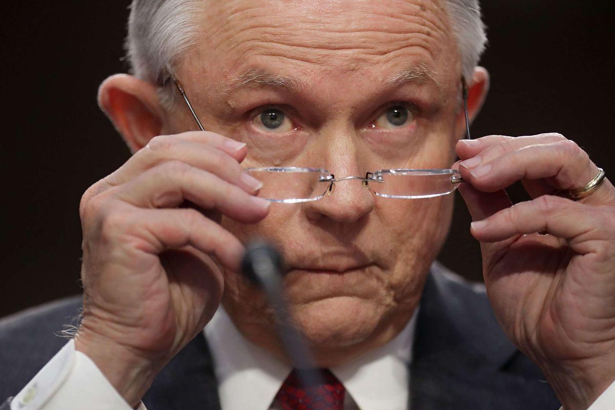Jeff Sessions da un nuevo golpe a inmigrantes en las cortes