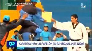 VIDEO: Karateca hace el ridículo durante exhibición de artes marciales
