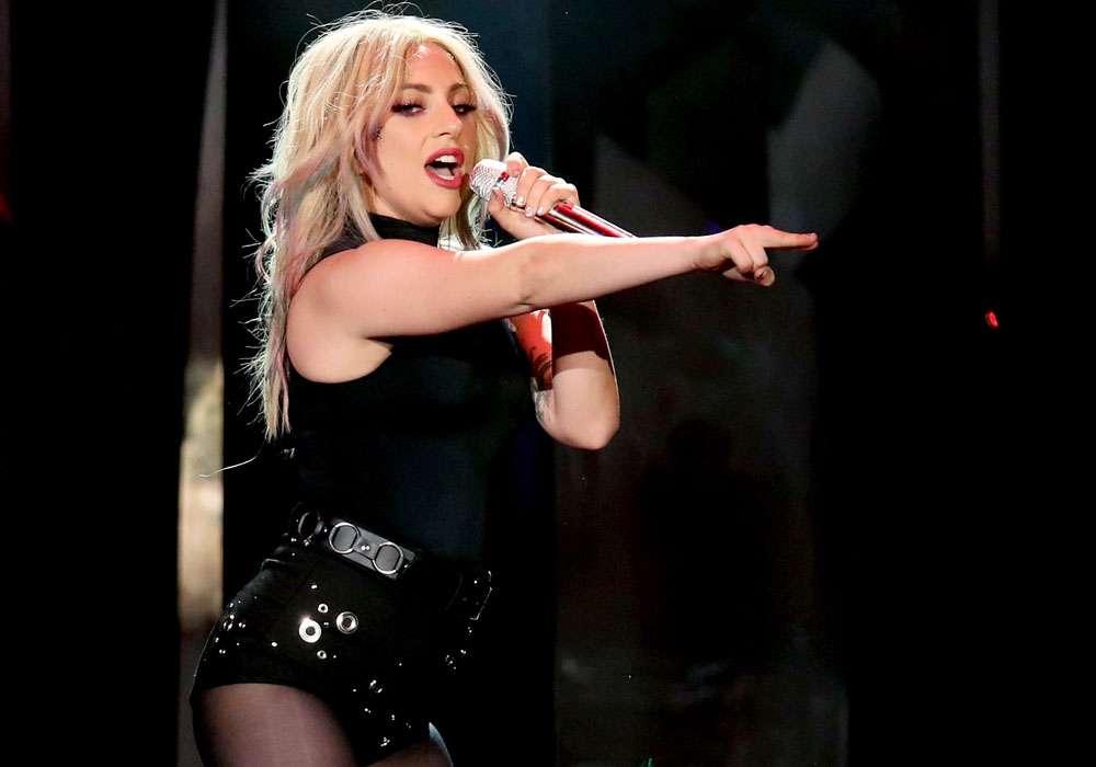 Lady Gaga se muestra desnuda para recuperarse tras la caída que sufrió