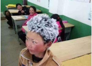 Niño desafía el frío y llega a su escuela con el cabello congelado