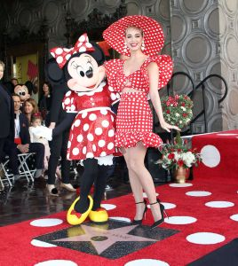 Katy Perry introduce a Minnie Mouse en el Paseo de la Fama de Hollywood